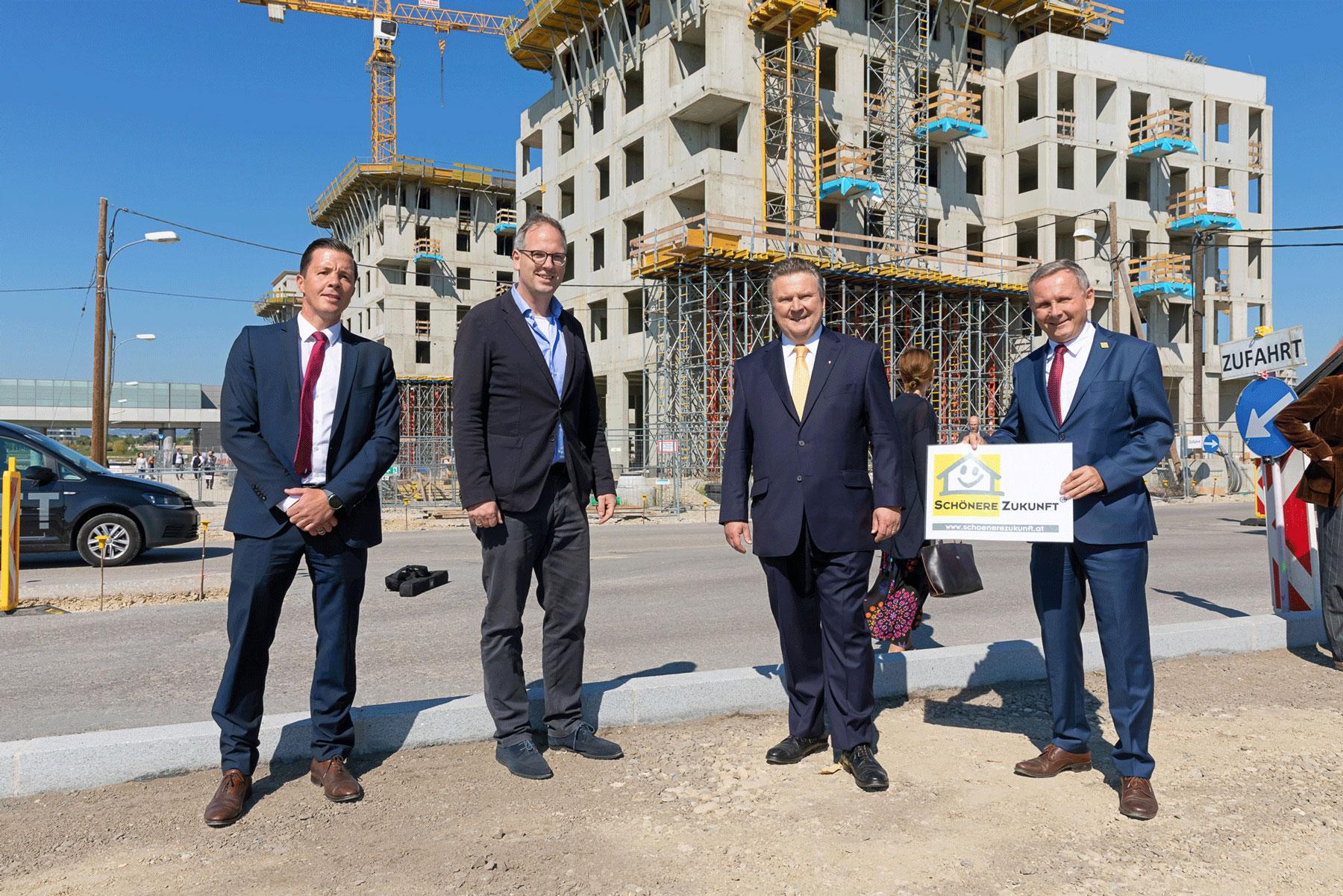 Bürgermeister Ludwig und Wohnbaustadträtin Kathrin Gaál besuchen unsere Baustelle in der Seestadt